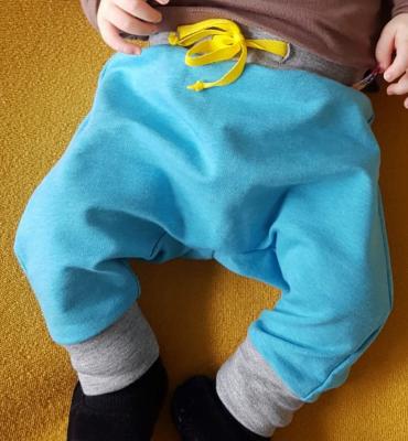 Turquoise joggingbroek met geel koordje